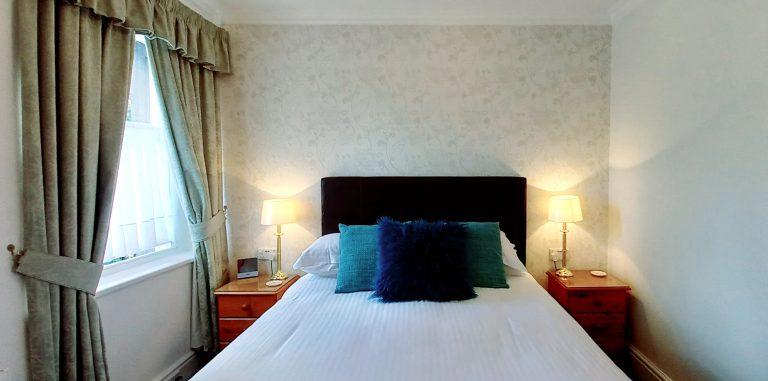 Room 6 bedhead-845be9b1